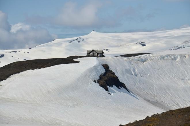Chata Fimmvörðuskáli posazená pěkně na hřebínku, aby ji nezasypali každoroční přívaly sněhu.