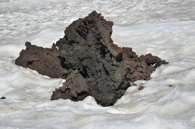 Láva z roku 2010. Z kvant sněhu, v létě neobvyklých dokonce i na Islandu, vyčnívají pouze malé části, což je škoda.