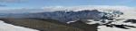 Panorama Mýrdalsjökullu. Uprostřed stojí za povšimnutí členité svahy hor pod ním.