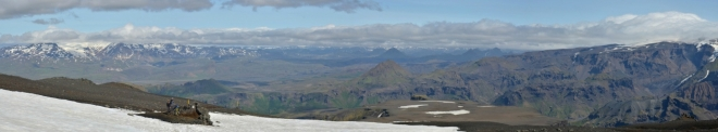Konečně vidíme do vnitrozemí! Vlevo další z malých islandských ledovců Tindfjallajökull.