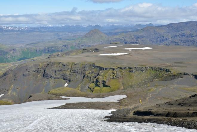 Po sešupu dolů po sněhu nás čeká rovná kamenitá planina.