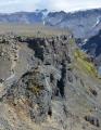 Na stolovou horu zbývá jen kousek. Vpravo od cesty komín, který býval kráterem v sopečném kuželu. V kráteru pak zatuhla láva a po dlouhém čase eroze odnesla sopečný kužel, z něhož zbyl jen komín z té zatuhlé lávy, protože zvětrává pomaleji.