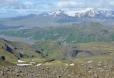 Došli jsme na okraj rovinaté kamenné planiny. Pod námi se zelená Thórsmörk, Thórův les. Šedou rovinu pod ním tvoří řečiště Krossá odvádějící vodu z Mýrdalsjökullu. Nahoře ledovec a již vyhaslá sopka Tindfjallajökull.