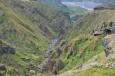 Kaňon pod námi, vzadu údolí Krossá