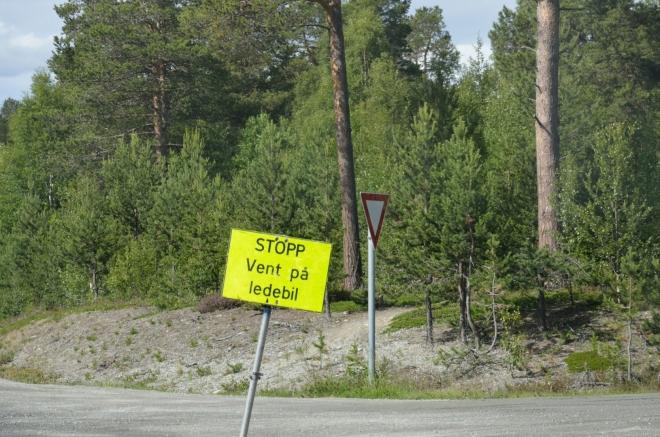"""Aby byly norské silnice stále tak perfektní, musí se pravidelně opravovat. Z toho důvodu musíme nyní čekat na """"ledebila"""", který nám pomůže bezpečně projet stavbou."""