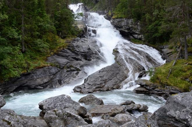 Otevírá se nám nádherný pohled na padající masy vody. Zatím vidíme jen část vodopádu, celkově překonává přes 380 výškových metrů.