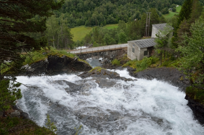 Pohled na střední část vodopádu, kde voda podtéká pod železniční tratí. Dřevěný můstek přes vodopád je na pozorování divoké vody naprosto ideální, škoda jen, že fotky nezachycují i ten rámus.