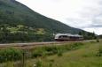 Vlak jedoucí okolo vodopádu Vermafossen, Norsko