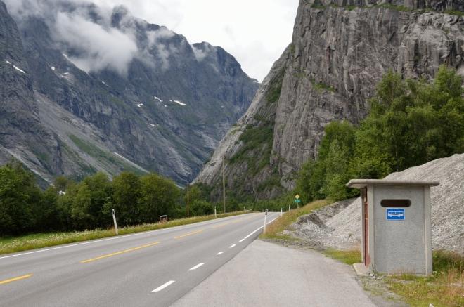 Tady by snad člověku ani nevadilo zpoždění autobusu, je na co se dívat. Chtěli jsme si po cestě prohlédnout ještě vodopád Mongefossen (776 m), ale nějak jsme ho v záplavě ostatních vodopádů ani nerozpoznali, vracet se nebudeme.