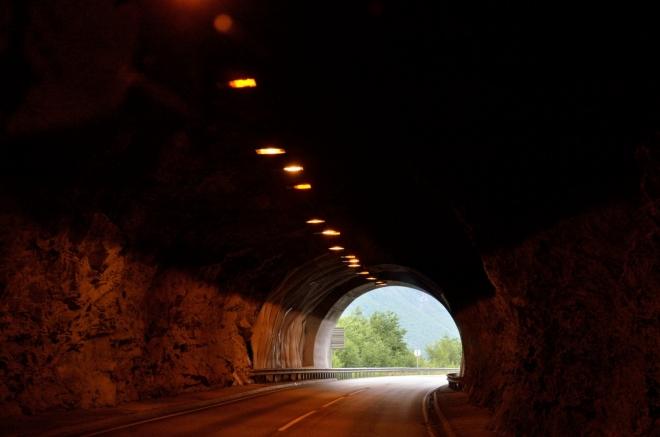 Už jsme skoro zapomněli, že v Norsku jsou i tunely. Projeli jsme přístavní městečko Åndalsnes, teď nás čeká dlouhá objížďka zálivu Isfjorden, východního konce Romsdalsfjordu.