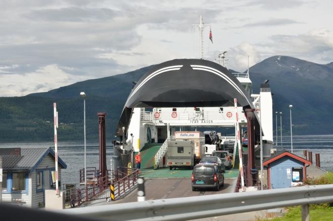 Trajekt směrem do města Molde. Trajekty jsou v oblasti norských fjordů něco naprosto běžného, my se jim však budeme spíše vyhýbat.