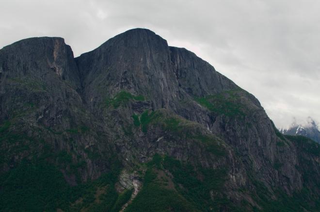 Všude okolo nás se opět tyčí majestátní skály. Na fotce třináctistovka Goksøyra.