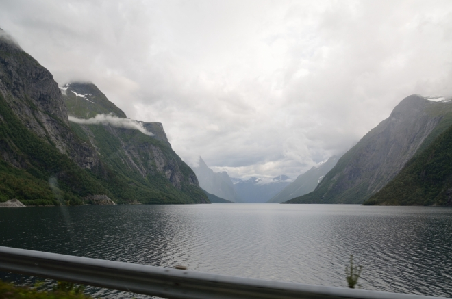 Jezero, na jehož konci je náš dnešní cíl, se na délku táhne skoro 20 kilometrů. V Norsku nic výjimečného.