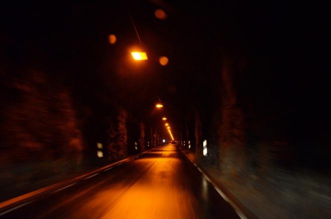 Při objezdu jezera se strmými břehy navštívíme hned dva tunely. Tyto působí mnohem komorněji a temněji než ostatní tunely, kterými jsme dosud jeli.