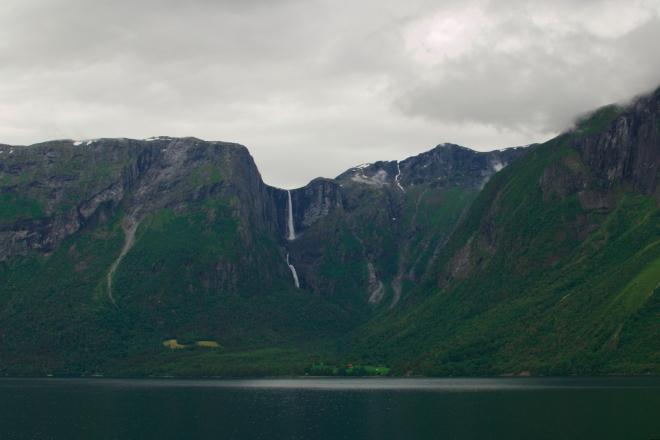 Když zrovna nejsme v tunelu, začínají se nám otevírat první pohledy na Mardalsfossen, zatím ještě z dálky. Zastavujeme na odpočívadle a fotíme tu nádheru.