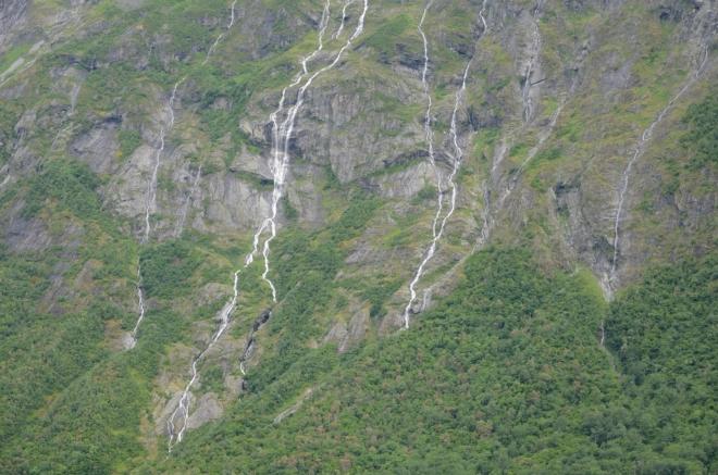 Mardalsfossenu nenápadně sekunduje množství menších vodopádů.