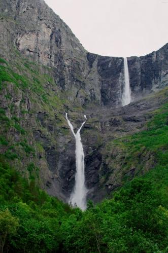 S tím, jak stoupáme, začínáme pořádně vidět i spodní stupeň vodopádu. Ten svým tvarem připomíná kravatu.