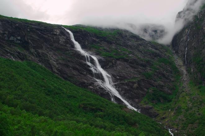 Mardalsfossen není jediný vodopád v okolí. Další spousta vody je pak rozprášena ve vzduchu.
