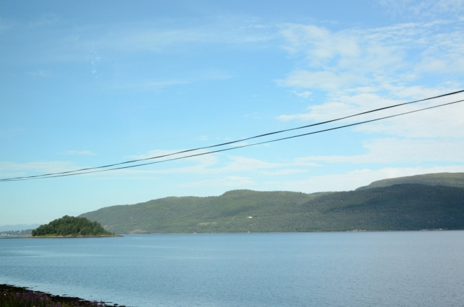 Po odjezdu z oblasti jezera Eikesdalsvatnet si nejprve asi 20 km užíváme sluncem ozářený Langfjorden. Ten pocit, sledovat neustále druhý břeh fjordu, který je tak blízko a zároveň tak daleko...