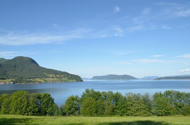 Při ústí fjordu do jiného fjordu jsme se stočili na jih a díváme se západním směrem k ostrovu Sekken (v pozadí uprostřed).