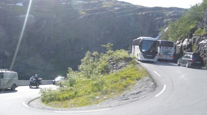 """Silnice je sice normálně otevřená zhruba od května do října, ale občas moc nechybí k tomu, aby se některý z turisty naložených autobusů v nějaké zatáčce """"šprajcnul"""" a zavřel cestu už v srpnu."""