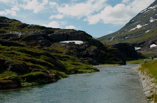 Říčka, která se po pár desítkách metrů mění ve vodopád Stigfossen