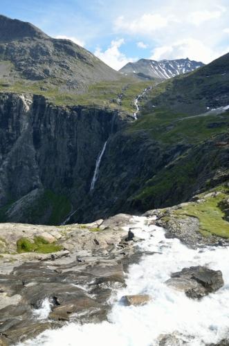 Kousek od Stigfossenu padá přes prudce se svažující skály další vodopád
