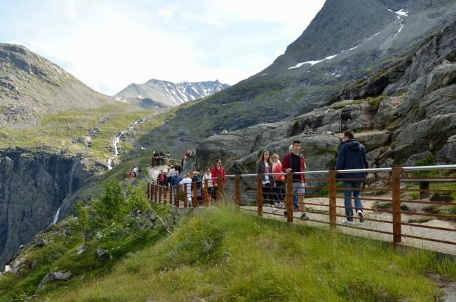 Po chodnících se neustále pohybují davy turistů...