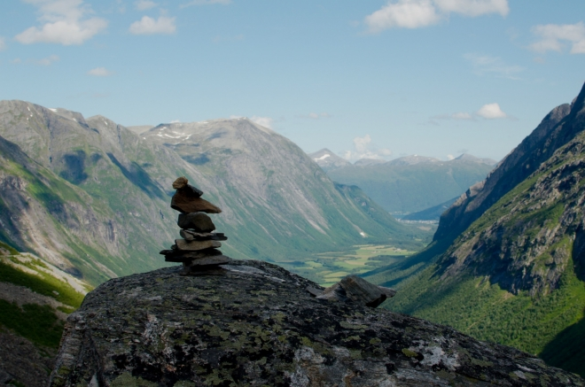 Stejně jako na řadě dalších míst, i tady turisté staví kamenné panáky.