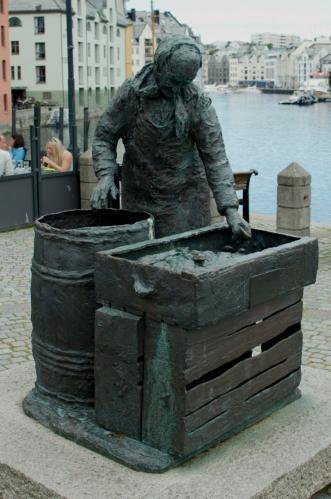 Socha rybáře. Ålesund patří mezi centra norského rybolovu.