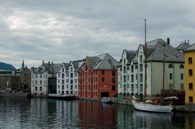 Barevné domy a krásná plachetnice v popředí