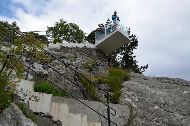 Na fotografii ještě není cílová vyhlídka, pouze balkónek, kde si lidé mohou odpočinout a v klidu se rozhlédnout. Přesně jako to teď dělají Michal s Honzou.