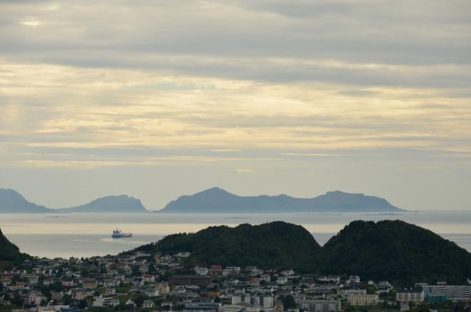 Západně od města se nachází ještě jeden ostrov a pak už jen otevřené moře.