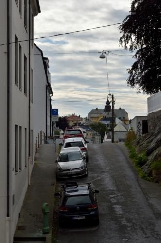 Ålesund se nachází v hodně členité oblasti, a tak jsou některé uličky doslova zvlněné.