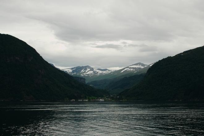 Do Eidsdalu je to po vodě jen kousek (asi tři kilometry), po silnici bychom tam však jeli opravdu neskutečně dlouho. V Norsku dost typická situace.