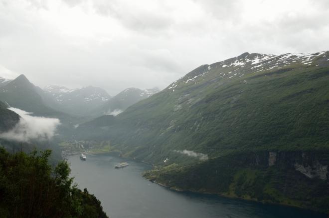 Na samém konci fjordu leží vesnice Geiranger, start či cíl mnoha výletních lodí a trajektů.