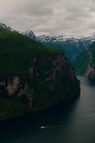 Pohled opačným směrem. Jak vidíte, přímo do fjordu padá několik vodopádů, které si asi nejlépe užijí právě turisté na lodích.