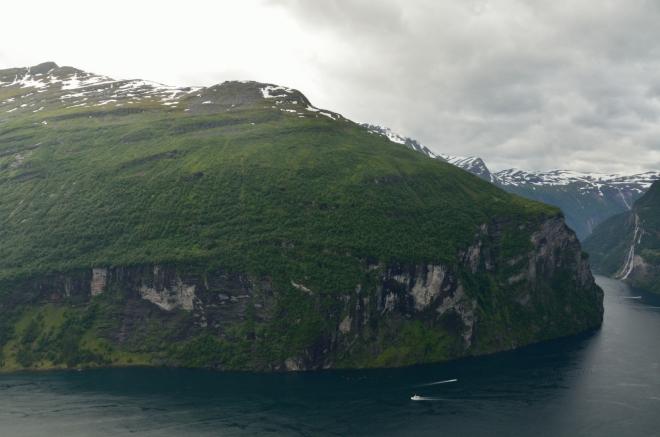 Dole hladina moře, vlevo nahoře vrcholy okolo 1500 metrů nad mořem. Lodě dole jsou oproti skalám maličké, ale stejně se nezdá, že by to byla až taková výška, že?