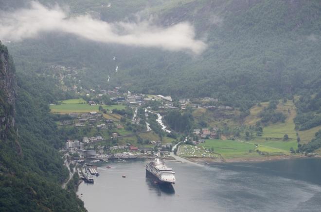 Detail vesnice Geiranger. Je až k neuvěření, jak blízko ke břehu se může tak velká loď přiblížit.