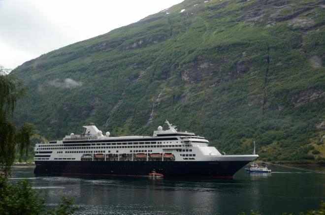 Těsně před vesnicí Geiranger míjíme velkou, zřejmě výletní loď, kterou jsme viděli shora.