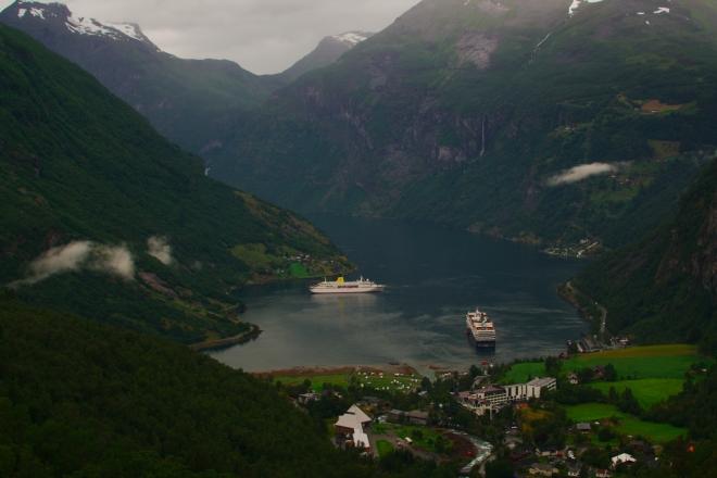 Za vesnicí jsme zvládli další spoustu nádherných serpentin, tentokrát do kopce, a zastavujeme na vyhlídce položené jihovýchodně od konce fjordu.