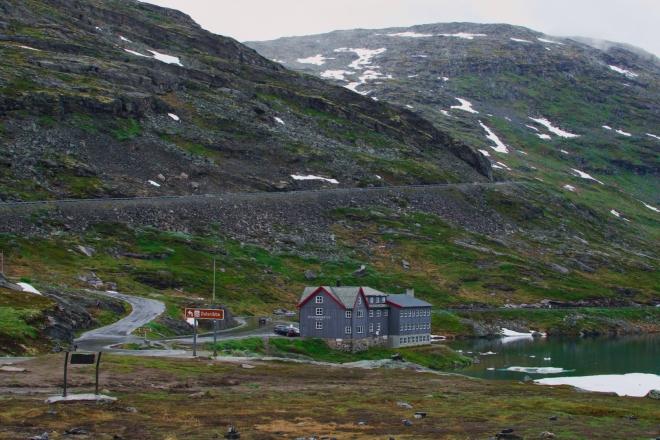 Před hotelem je křižovatka. Hlavní silnice kopíruje břeh jezera, zatímco my odbočujeme doleva na vyhlídku Dalsnibba, odkud by za dobrého počasí měly být krásné výhledy směrem na Geirangerfjord.