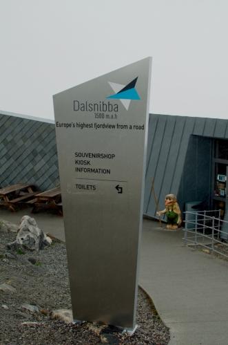 Před hodinou jsme byli u hladiny moře, nyní jsme téměř na 1500 metrech. Vítá nás vyhlídka Dalsnibba.