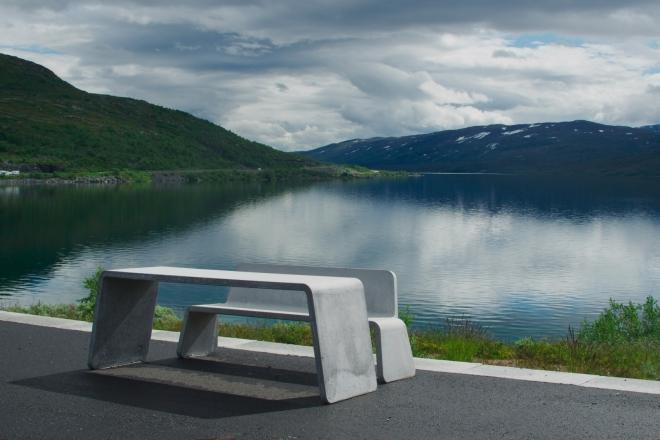 Hlad nás po nedlouhé době zastavuje na odpočívadle u dalšího velkého jezera Breiddalsvatnet. Je čas dát si něco dobrého k obědu, na řadě je hrachovka. Abychom byli zcela upřímní, asi bychom zde zastavili i bez hladu.