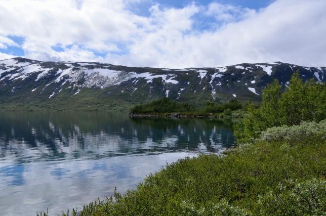 V jezeře je krásně čístá voda a působivě se v něm odráží okolní krajina. Sejít si až dolů k vodě skrz břehy zarostlé drobnými keříky, to je velká paráda.