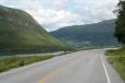 Silnice vedoucí do norské vesničky Fossbergom