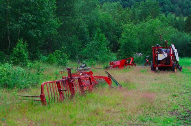Nějaký místní zemědělec má na loučce odloženy své stroje.