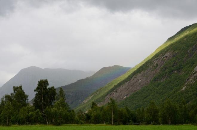 """Počasí je až zhruba do šesti hodin značně střídavé. V jednu chvíli se před námi vytváří """"duhový"""" kopec."""