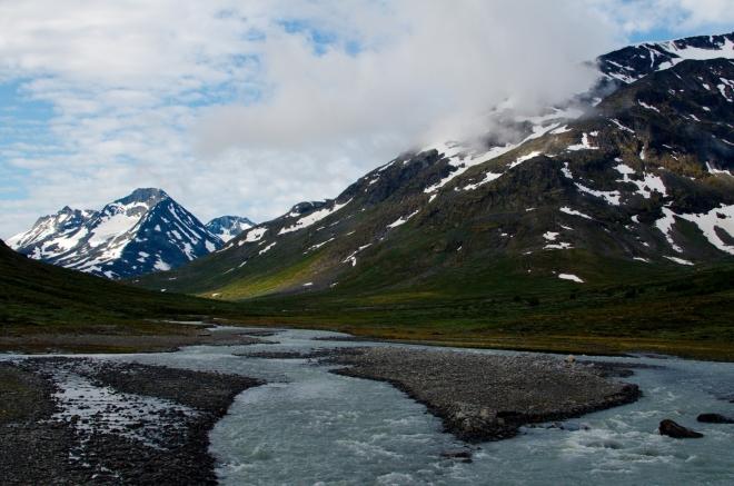 Nacházíme se v oblasti nejvyšších hor Norska a celé severní Evropy, začíná se nám tu moc líbit. Na fotce říčka Visa, jež patrně dala jméno tomuto údolí (Visdalen).