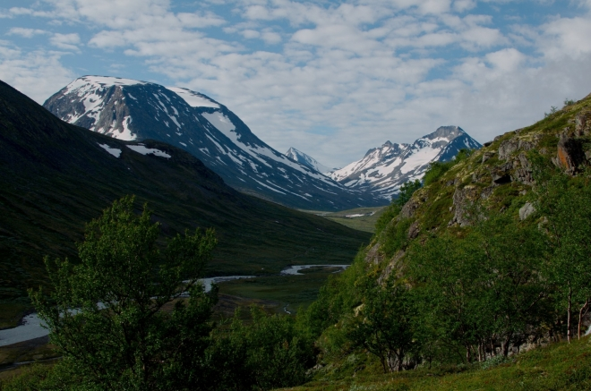 Rychle nabíráme výškové metry, žádná dlouhá rovinka na rozehřátí jako v Rondane. Než se dostaneme cca na 1700 metrů, bude výstup obzvlášť prudký.